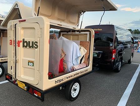 金沢のアンバーバス、トレーラーで旅行手荷物運搬