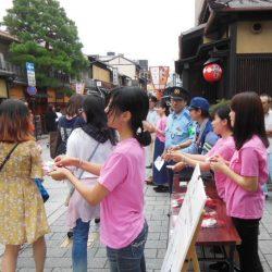祇園で観光マナーを啓発、京都市と近畿運輸局が実証実験