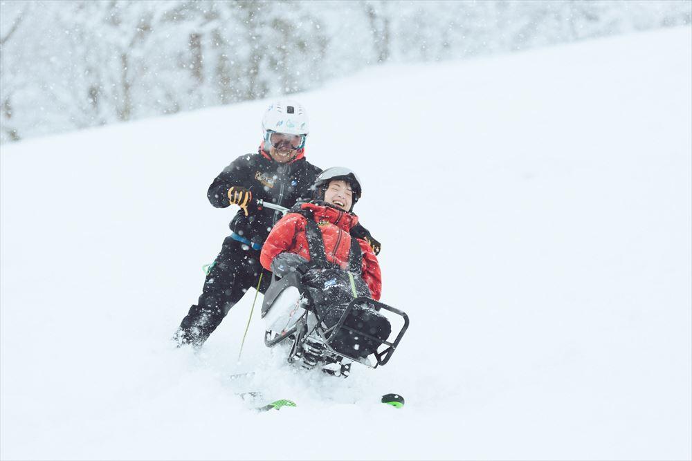 障害者の背中押すツアー拡大 着座型スキーからオストメイト対応まで